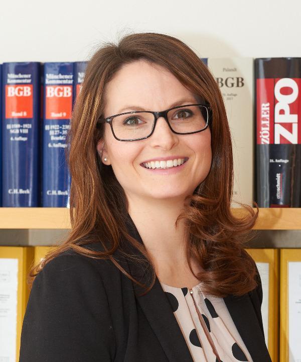 Rechtsanwältin<br/> Barbara Prussas in Anstellung